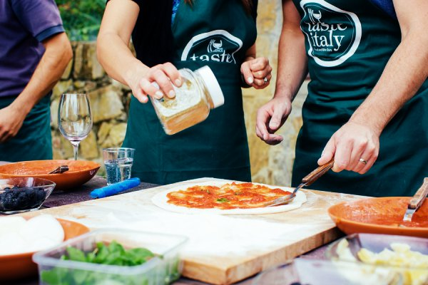Italiaanse kookles pizza bakken en ijs maken op een for Pizza bakken op tafel