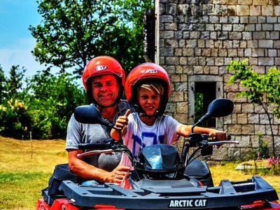 Quad rijden door de bergen met BBQ vanuit Split Kroatië (familie tour)
