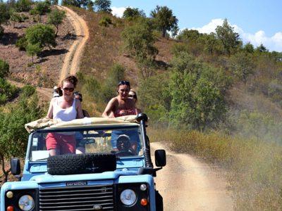 Halve dag Jeep Safari Algarve Portugal is een tour waarbij je de Algarve leert ondekken via landelijke wegen, off-road tracks en dwars door dorpjes waar de tijd lijkt te hebben stilgestaan.