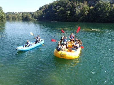 Raften op de Mrežnica rivier nabij Karlovac Kroatië