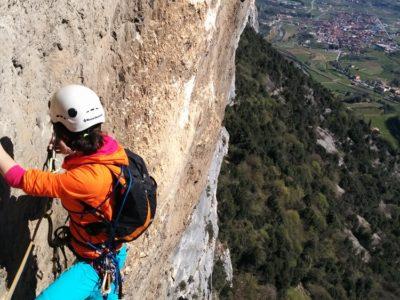 Multi-Pitch bergklimmen in de Sarca vallei nabij het Gardameer