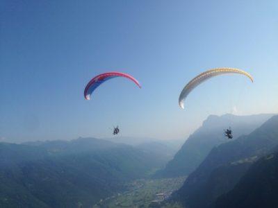Paragliden tandemvlucht over het meer Idro nabij het Gardameer